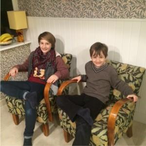 Junge Hellers auf alten Stühlen