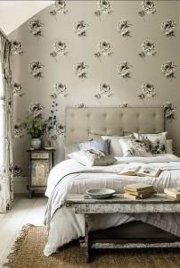 Klassisches Rosenmotiv modern interpretiert in monotonem Farbschema mit Highlights in klarem Weiß: Rosa aus der Kollektion Waterperry Wallpapers von Sanderson