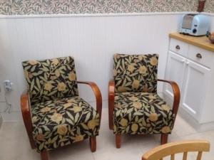 """Stühle vor Überholung in """"Fruits"""", Tapete Willow Bough, beides von Morris&Co"""