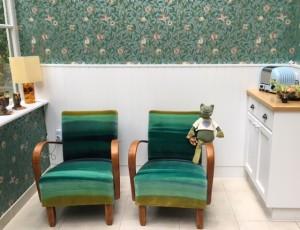 Stühle nach Überholung in Amazilia Velvets von Harlequin, Tapete Bird&Pomegranate von Morris&Co
